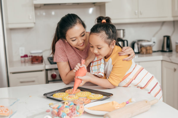 mom_and_daughter_decorating_cookies
