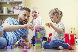 dad_baby_daughter_playing_with_block